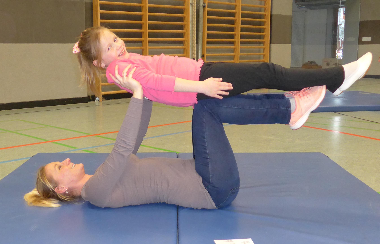 Gemeinsame Akrobatik-Stunde mit Eltern